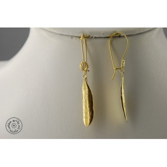 Gold plated earring (closed hook with a shell)